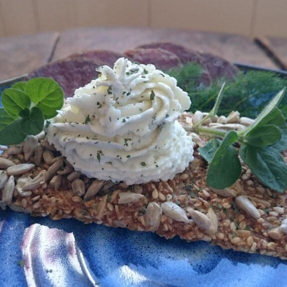 Frisk Ole med hvitløk på knekkebrød