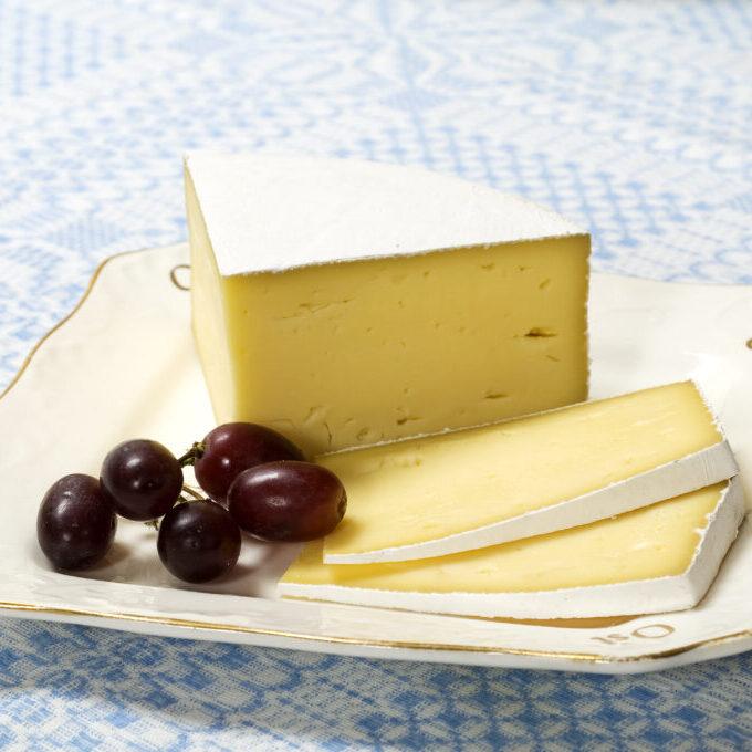 Hvitmuggosten Snøtind på ostefat